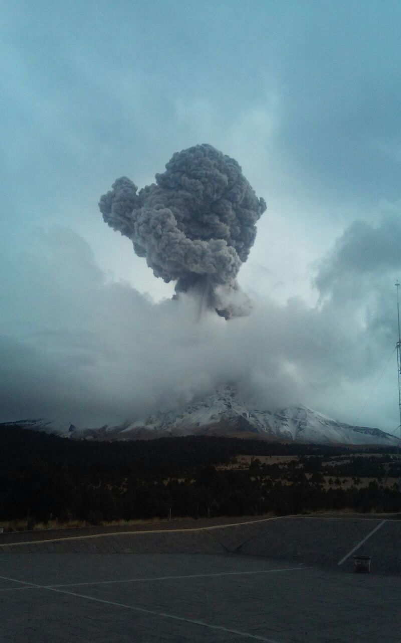 Se registra fuerte explosión del Popocatépetl