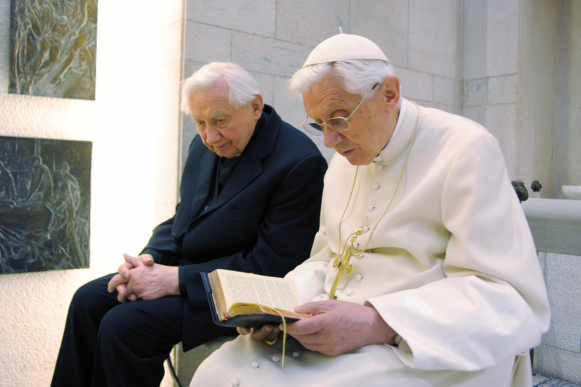Hermano confirma que Benedicto XVI padece enfermedad paralizante