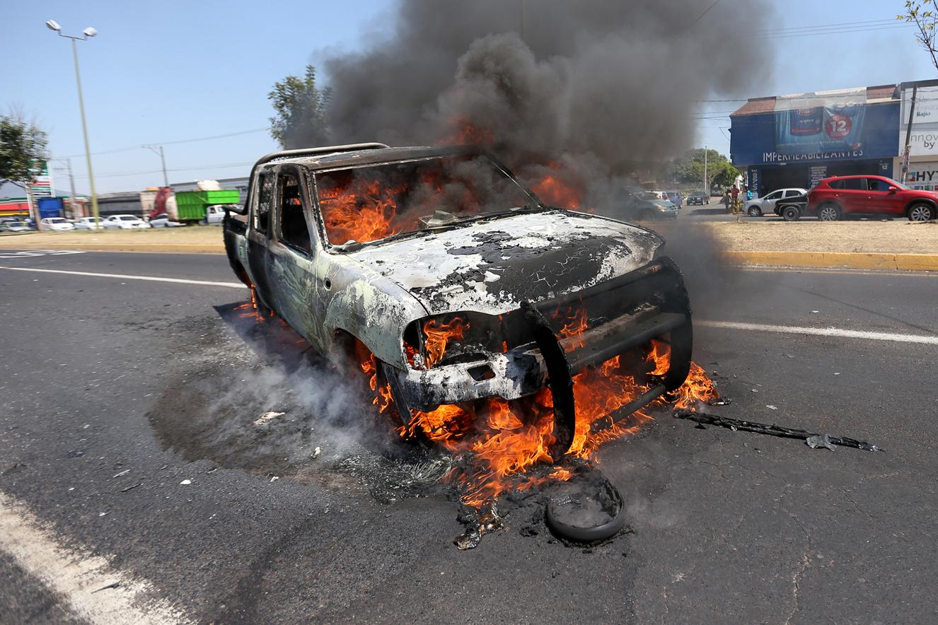 """Suman 18 detenidos y 30 vehículos quemados tras """"narco bloqueos"""" en Michoacán"""