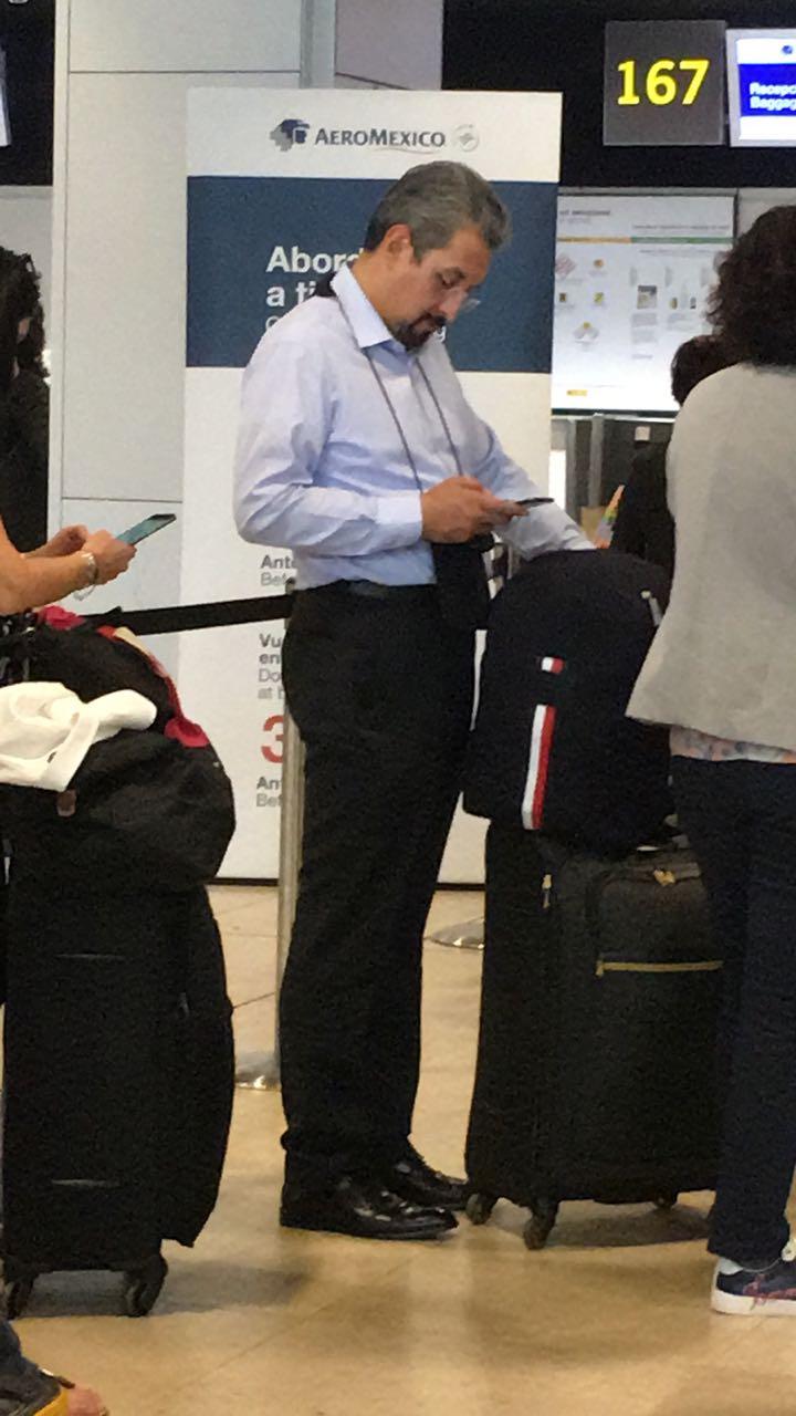 Que luego no se queje Medardo Serna: Regresa de unas placenteras vacaciones en España