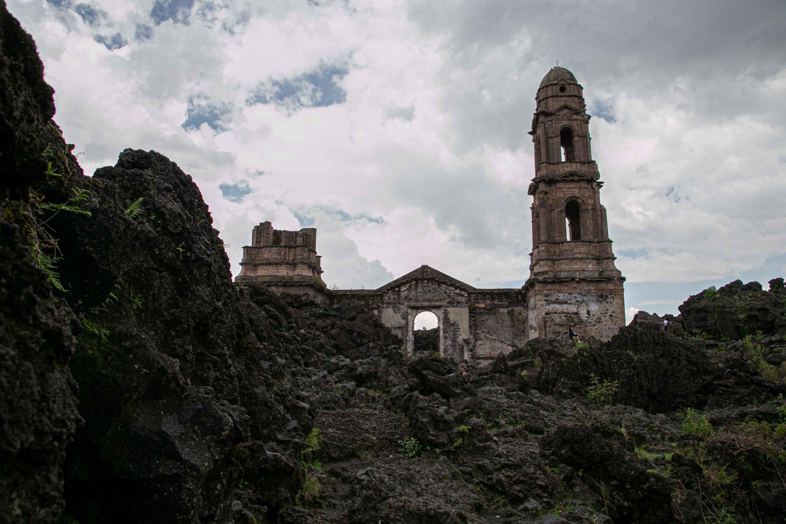 Ruinas de San Juan Parangaricutiro y su guardián, Francisco Lázaro